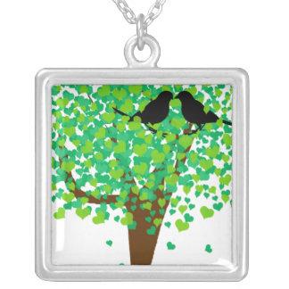 Lovebirds del verano que se sientan en un árbol de grimpola personalizada