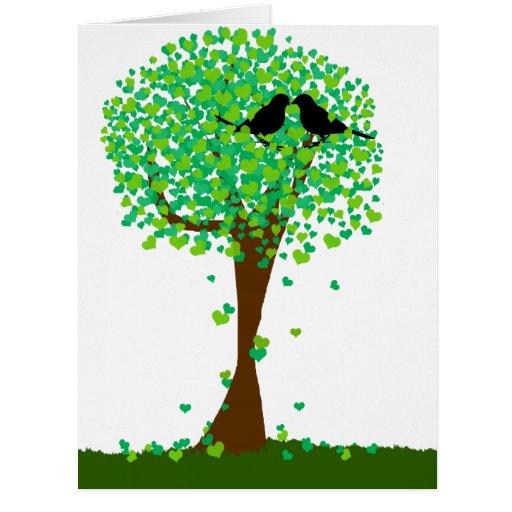 Lovebirds del verano que se sientan en un árbol de tarjeta de felicitación grande