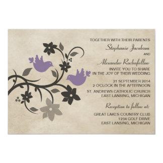"""Lovebirds florales púrpuras que casan la invitación 5"""" x 7"""""""