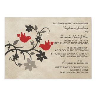 Lovebirds florales rojos que casan la invitación