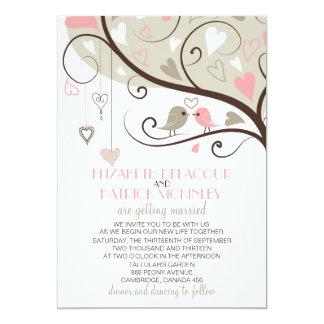 Lovebirds rosados y grises que casan la invitación