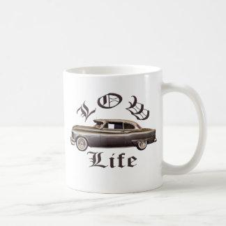Lowrider bajo de Oldsmobile de la vida Taza Básica Blanca