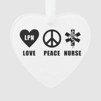 LPN cuida a la enfermera de la paz del amor