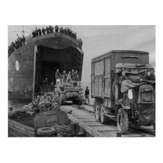 LST 368 que descarga en Anzio Postales