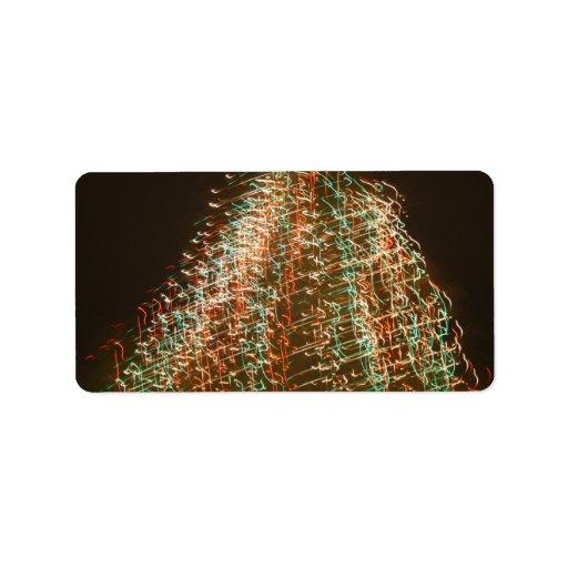 Luces abstractas del árbol de navidad, fondo negro etiquetas de dirección