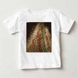 Luces abstractas del árbol de navidad, fondo negro tshirt