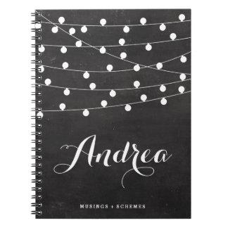 Luces blancas de la secuencia en la pizarra spiral notebooks