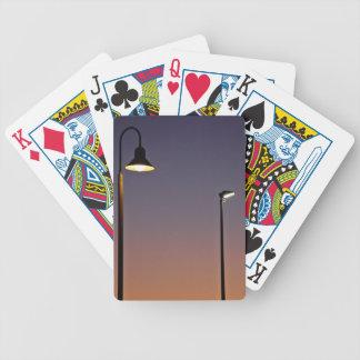 Luces de calle en ciudad baraja cartas de poker