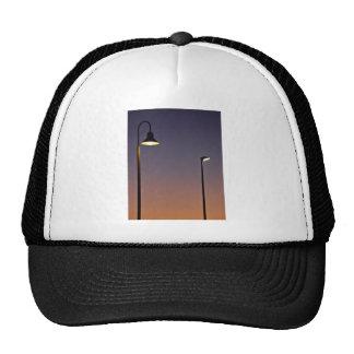 Luces de calle en ciudad gorras de camionero