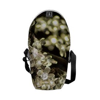 Luces de hadas de la flor blanca bolsa de mensajeria