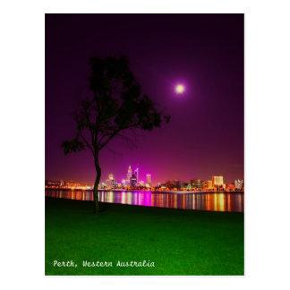 Luces de la ciudad de Perth de la playa del sur de