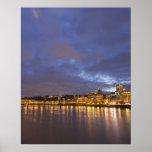 Luces de la ciudad reflejadas en el río de Willame Posters