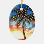Luces de la palmera del día de fiesta en la puesta adornos