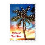 Luces de la palmera del día de fiesta en la puesta tarjetas postales
