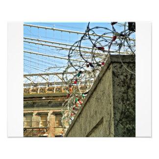 Luces de navidad en alambre de púas con el puente  fotografia