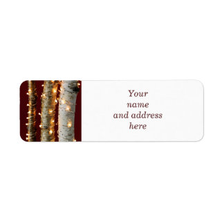 Luces de navidad en troncos del abedul etiqueta de remite