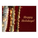 Luces de navidad en troncos del abedul tarjetas postales