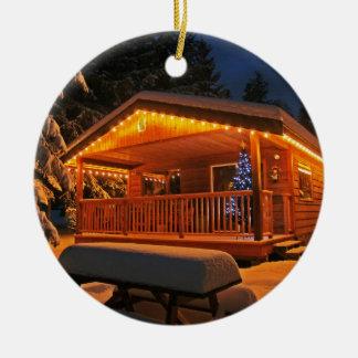 Luces de navidad hermosas en la cabaña de madera adorno navideño redondo de cerámica