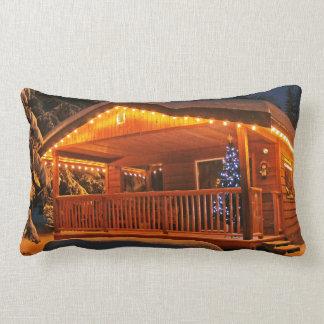 Luces de navidad hermosas en la cabaña de madera e almohada