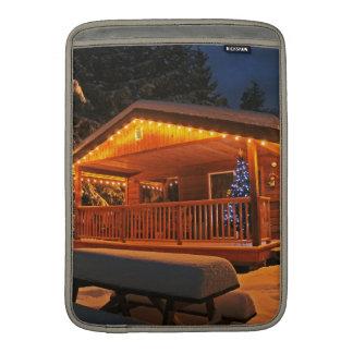Luces de navidad hermosas en la cabaña de madera e funda macbook air