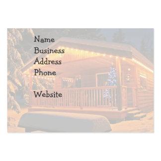 Luces de navidad hermosas en la cabaña de madera e tarjeta de visita