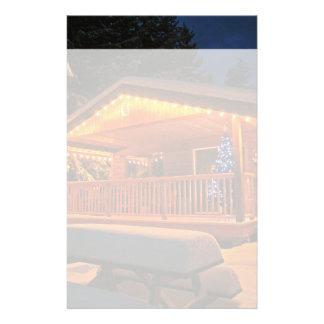 Luces de navidad hermosas en la cabaña de madera papelería personalizada