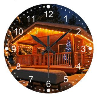 Luces de navidad hermosas en la cabaña de madera reloj redondo grande