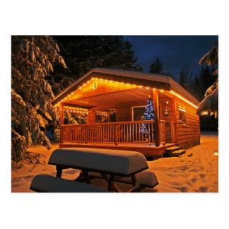 Luces de navidad hermosas en la cabaña de madera postales