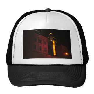 Luces de neón en la ciudad grande gorra