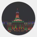 Luces del día de fiesta del centro municipal de pegatina redonda