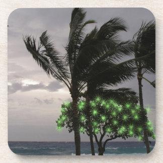 Luces del día de fiesta en las palmeras posavasos de bebidas