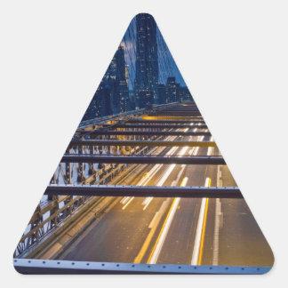 Luces del puente de Brooklyn en la noche Pegatina Triangular