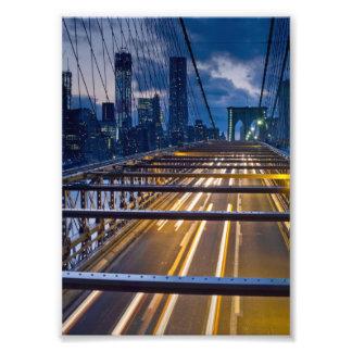 Luces del puente de Brooklyn en la noche Fotografias
