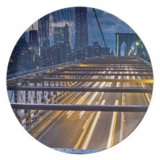 Luces del puente de Brooklyn en la noche Platos