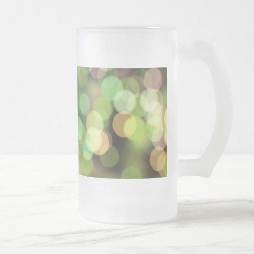 Luces festivas del verde y del rosa taza de café