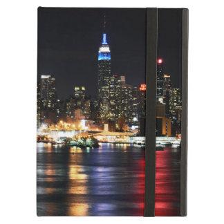 Luces hermosas de la noche de Nueva York que refle