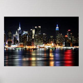 Luces hermosas de la noche de Nueva York que refle Póster