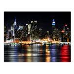 Luces hermosas de la noche de Nueva York que refle Tarjeta Postal