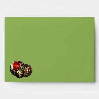 Luces rojas, verdes, del oro de Bokeh y ornamentos Sobre