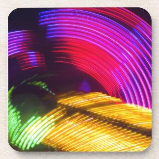 Luces rojas y verdes amarillas púrpuras abstractas posavasos de bebida