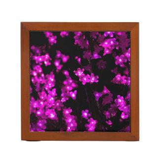 Luces rosadas de la flor que brillan intensamente organizador de escritorio