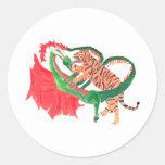 Lucha del dragón y del tigre etiqueta redonda