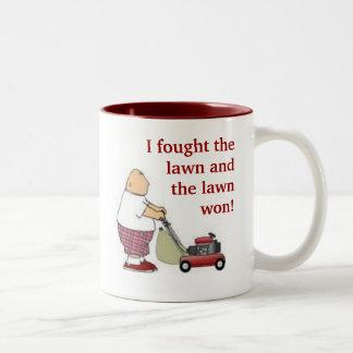 Luché el césped… taza de café de dos colores