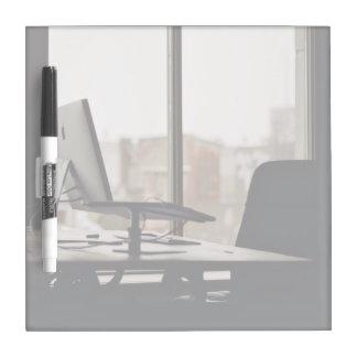 Lugar de trabajo ordenado tablero blanco