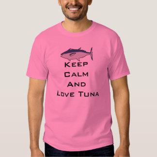 Luka Megurine guarda la camisa tranquila del atún