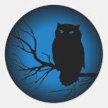 Luna azul del búho fantasmagórico pegatinas redondas