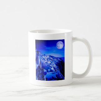 Luna azul sobre Fira Santorini Taza
