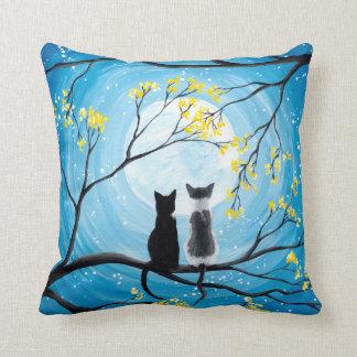 Luna caprichosa con los gatos cojín decorativo