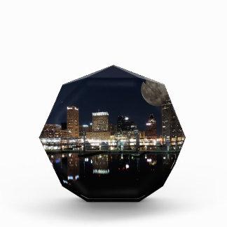 Luna céntrica del horizonte de la noche de