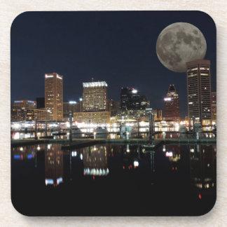 Luna céntrica del horizonte de la noche de posavaso